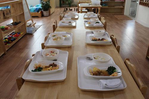2014-04-23     孩子在幼儿园的饮食情况是家长的关注点之一,从本月图片